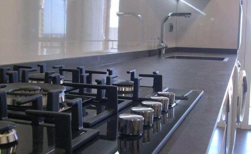 Cómo crear un diseño atractivo en la reforma de una cocina larga y estrecha.